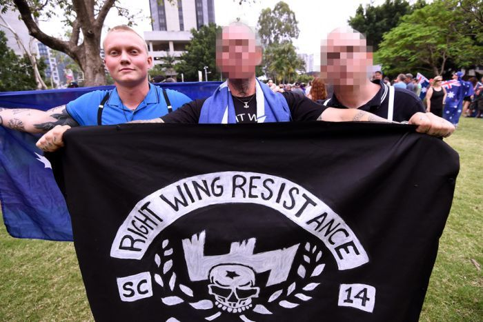 Итан Тиллинг с флагом Right Wing Resistance на Reclaim Australia rally в ноябре 2015 года.