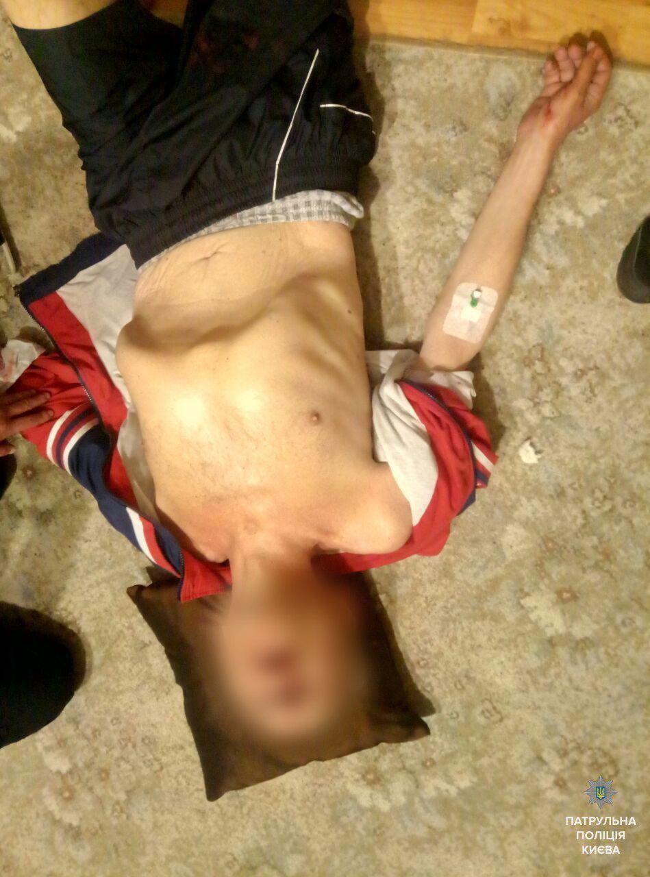 В Киеве копы спасли мужчину, который пытался покончить с собой