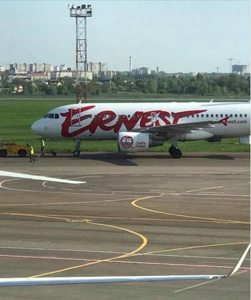 В Киеве в аэропорту погрузчик врезался в самолет