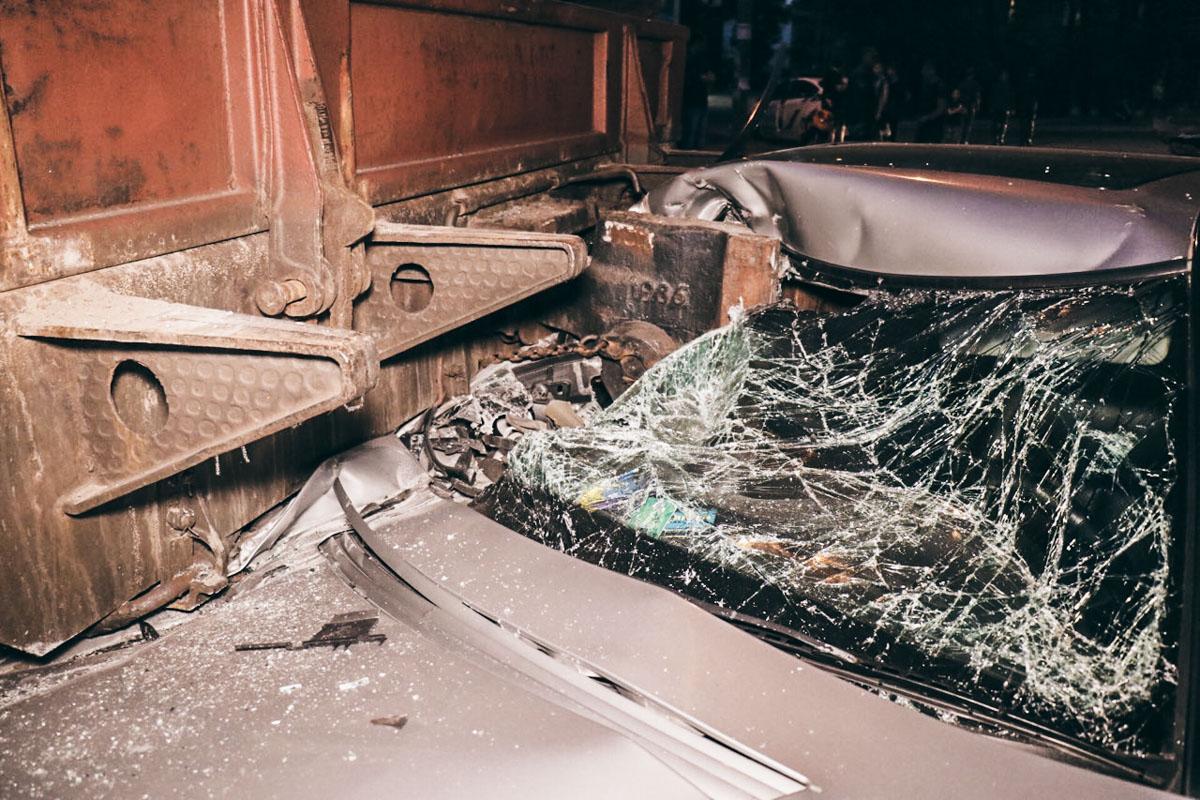 В Киеве Mercedes влетела под платформу с танком, пострадал пассажир авто