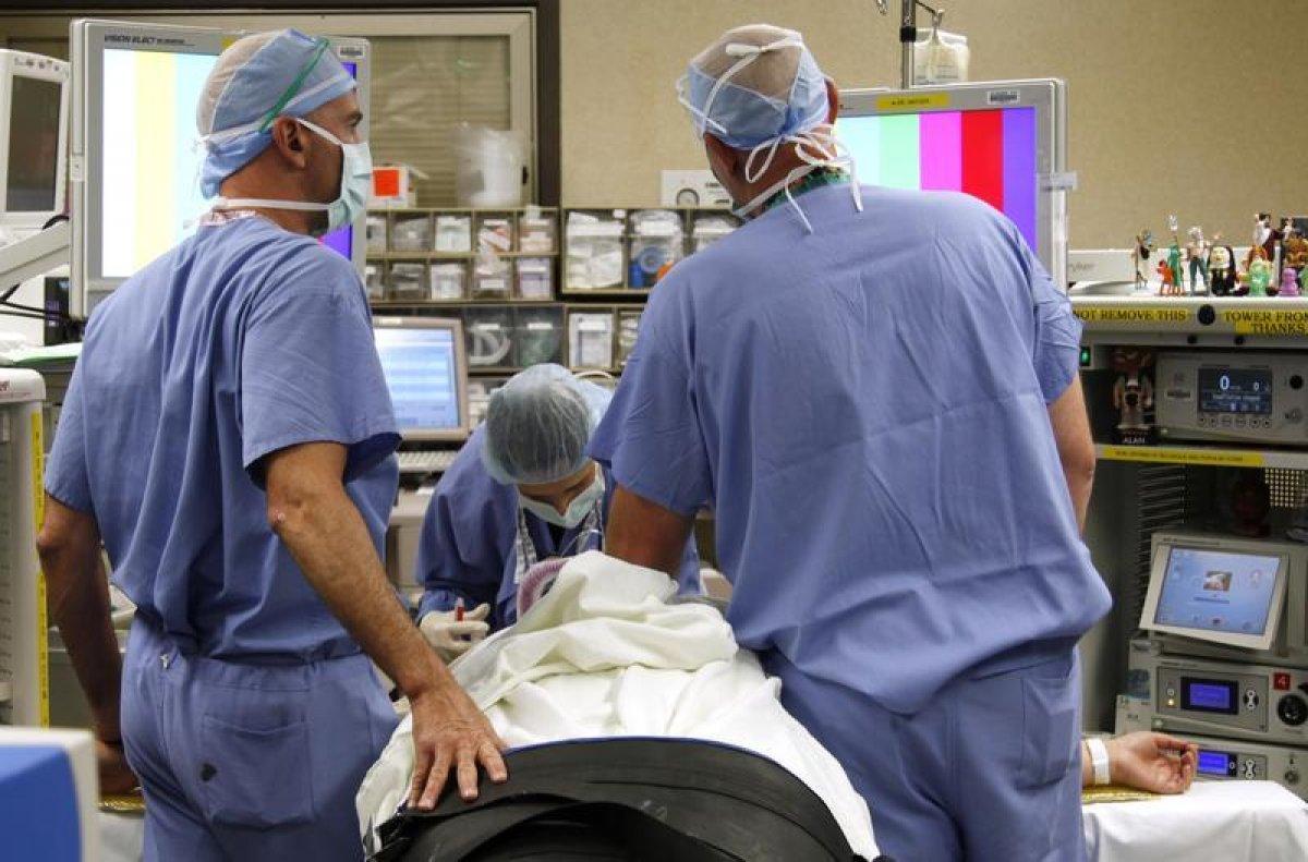 Врачи в США во время операции