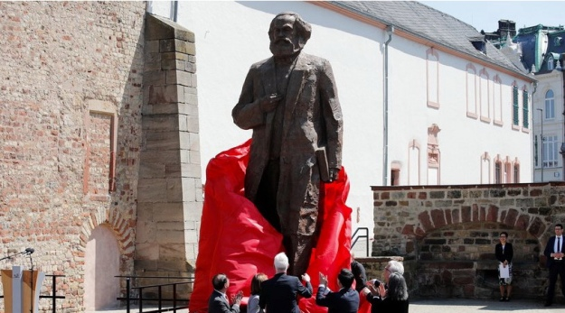Памятник Карлу Марксу стал в Германии объектом споров