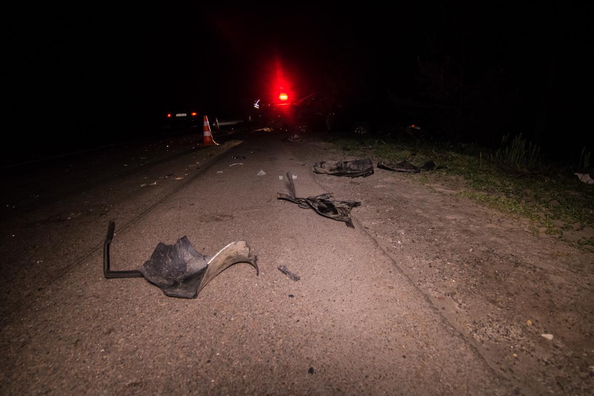 Обломки по всей трассе: под Киевом коп устроил ДТП, трое пострадавших