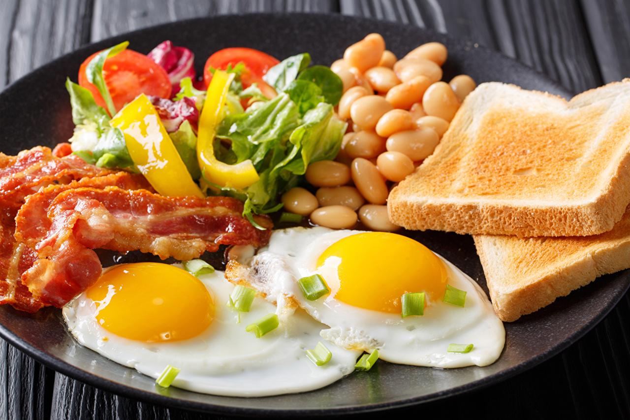 еда_завтрак_яичница_яйца_хлеб_мясо_овощи