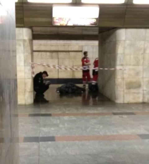 В метро Киева лежало тело мужчины