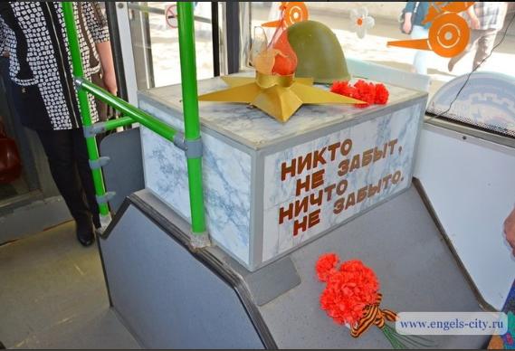"""""""Ох*енный стимпанк"""": в РФ пустили троллейбус с могилой Неизвестному солдату и танки на """"собачьей"""" тяге"""