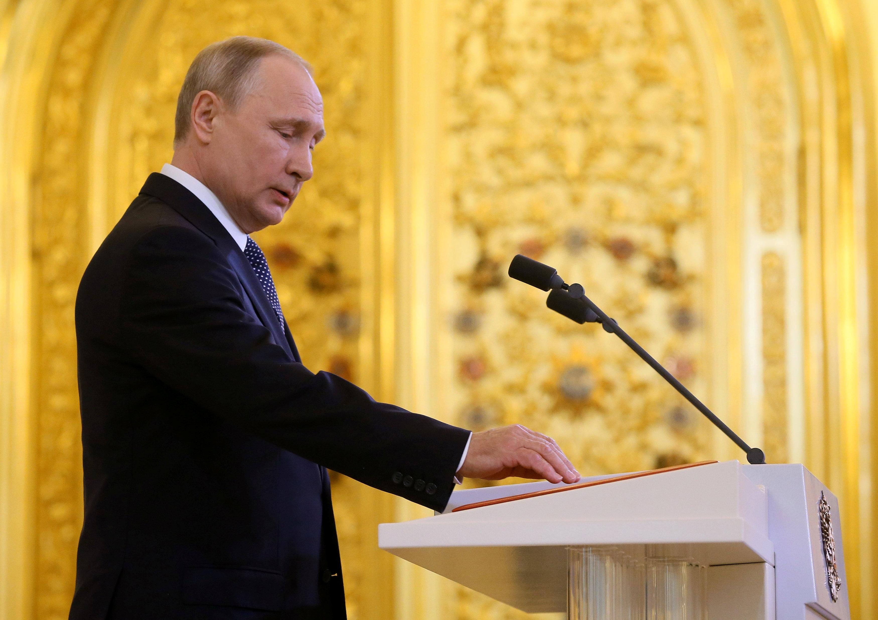 В России режим президента Владимира Путина экономически уже не выживает, отметил Константин Боровой