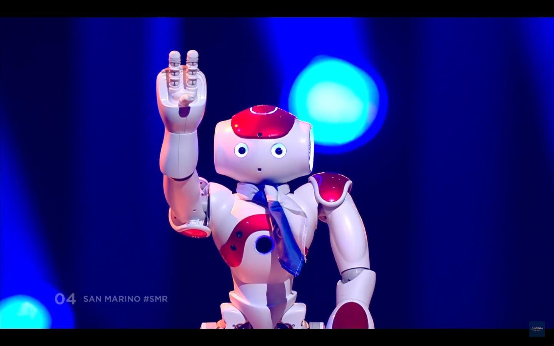 Подбадривали публику 4 робота