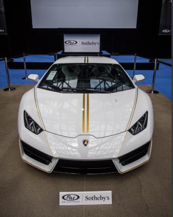 Lamborghini Папы Римского выполнен в цветах Ватикана