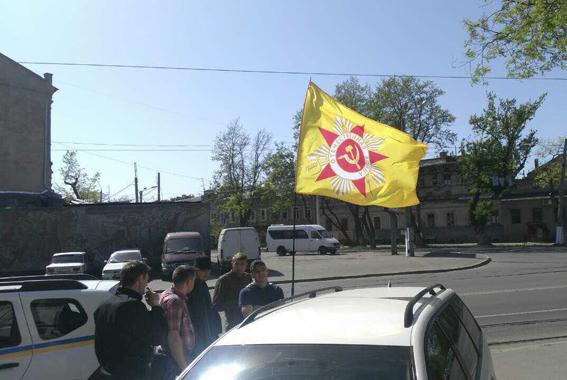 Мужчине, разместившему у себя на машине флаг с изображением ордена ВОВ, грозит до 5 лет заключения и конфискация имущества. Фото: npu.gov.ua