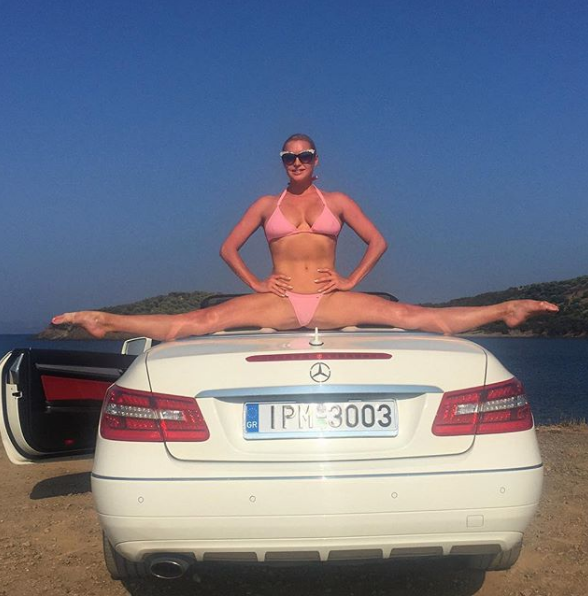 Анастасия Волочкова показала фото, на котором запечатлена сидящей на шпагате на авто