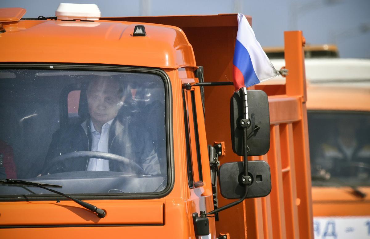 Путин за рулем КамАЗа стал объектом фотожаб