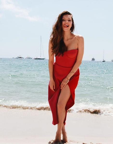Регина Тодоренко позировала в длинном красном платье с разрезом без бретелек
