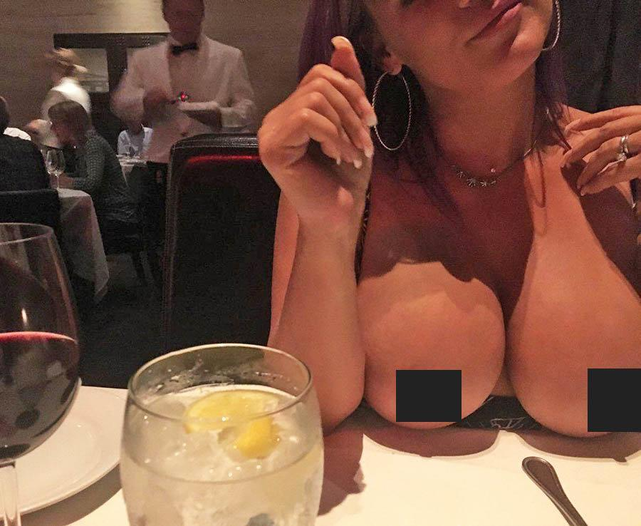 смотреть видео показывает грудь в кафе