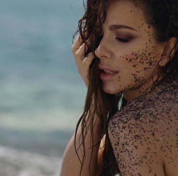 Ани Лорак позировала на пляже