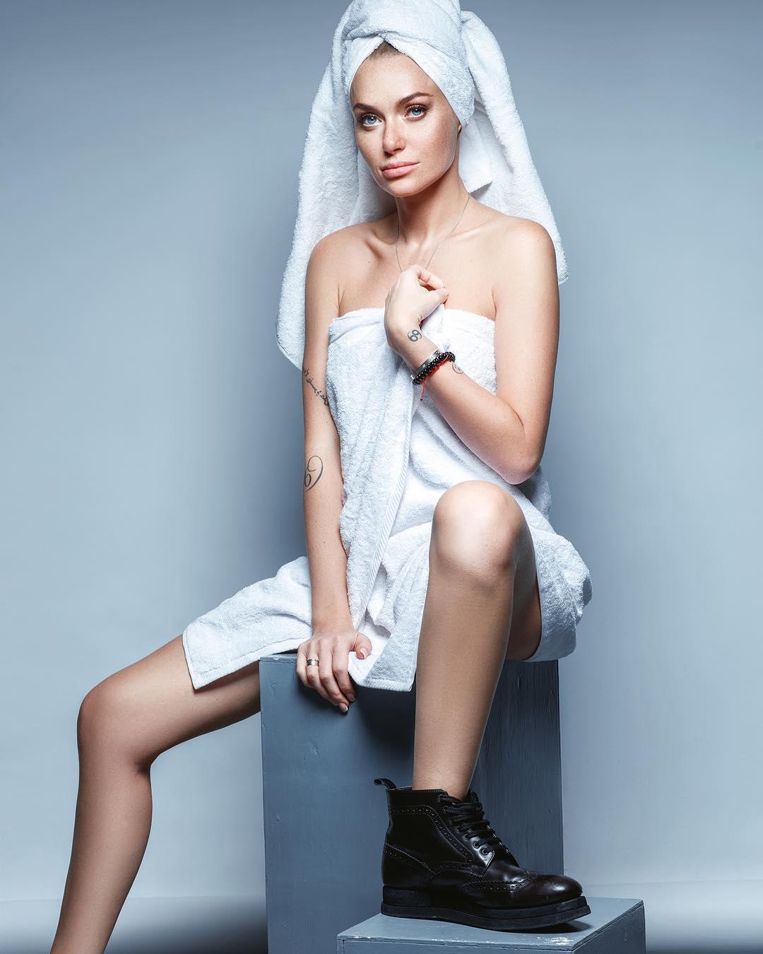 Певица позировала в полотенце и ботинках
