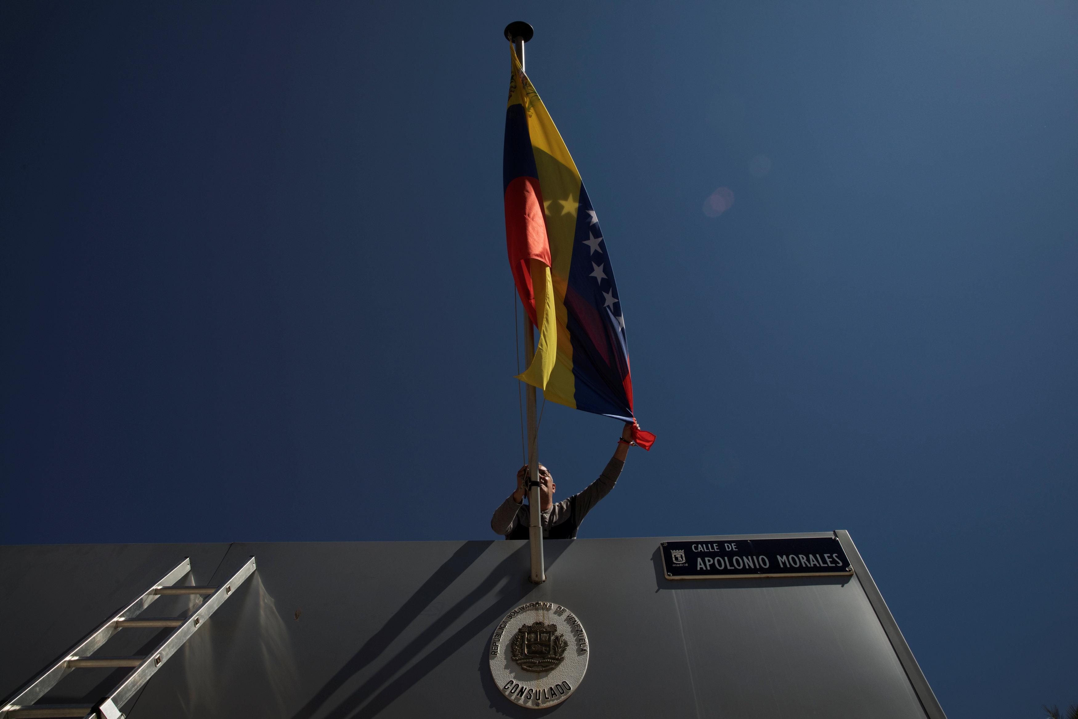 Венесуэла ввела в обращение купюры в 50 тыс. боливаров