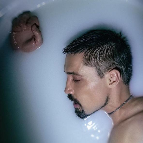 Дима Билан позировал в ванне с