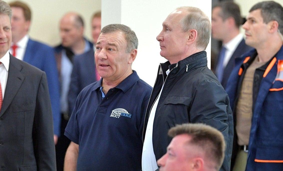 Владимир Путин и его друг Аркадий Ротенберг, получивший госзаказ на постройку моста.