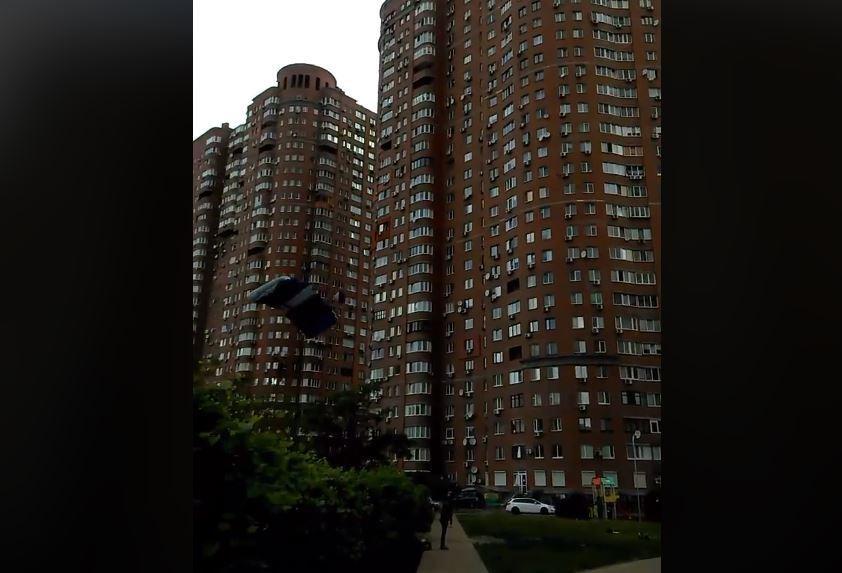 Экстремал прыгнул из окна многоэтажки с парашютом.