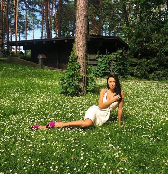 Виктория Смеюха в платье позировала на траве