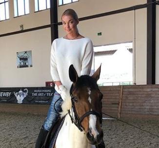Анастасия Волочкова похвасталась, что ей с дочерью подарили коня