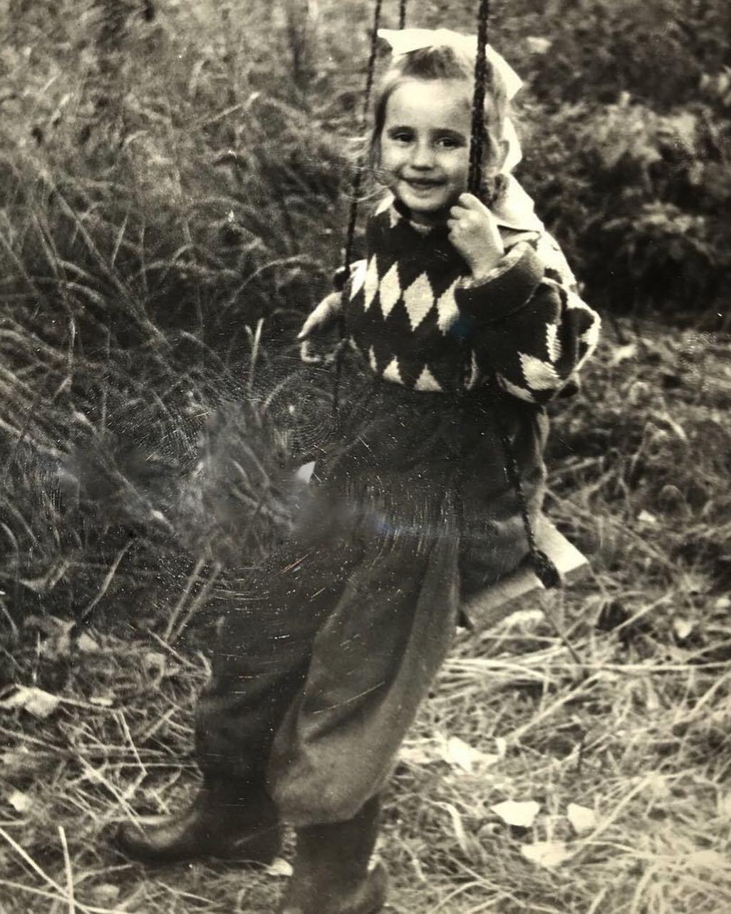 Певица поделилась архивным фото с детства