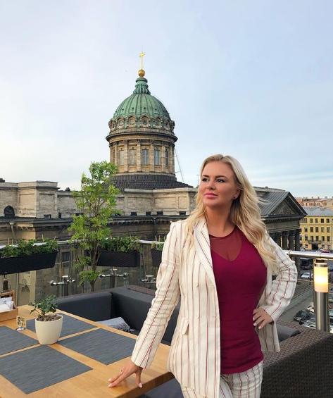 Анна Семенович в Питере позировала в деловом образе