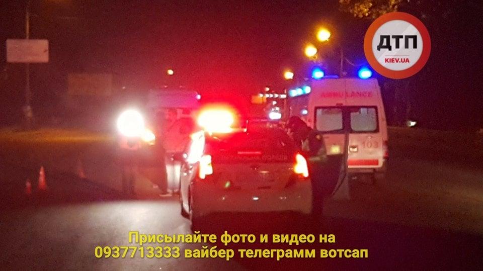 В Киеве иномарка зеркалом сбила женщину, пострадавшая скончалась