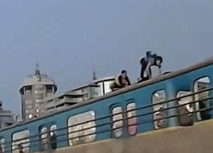Зацеперы на крыше киевского метро