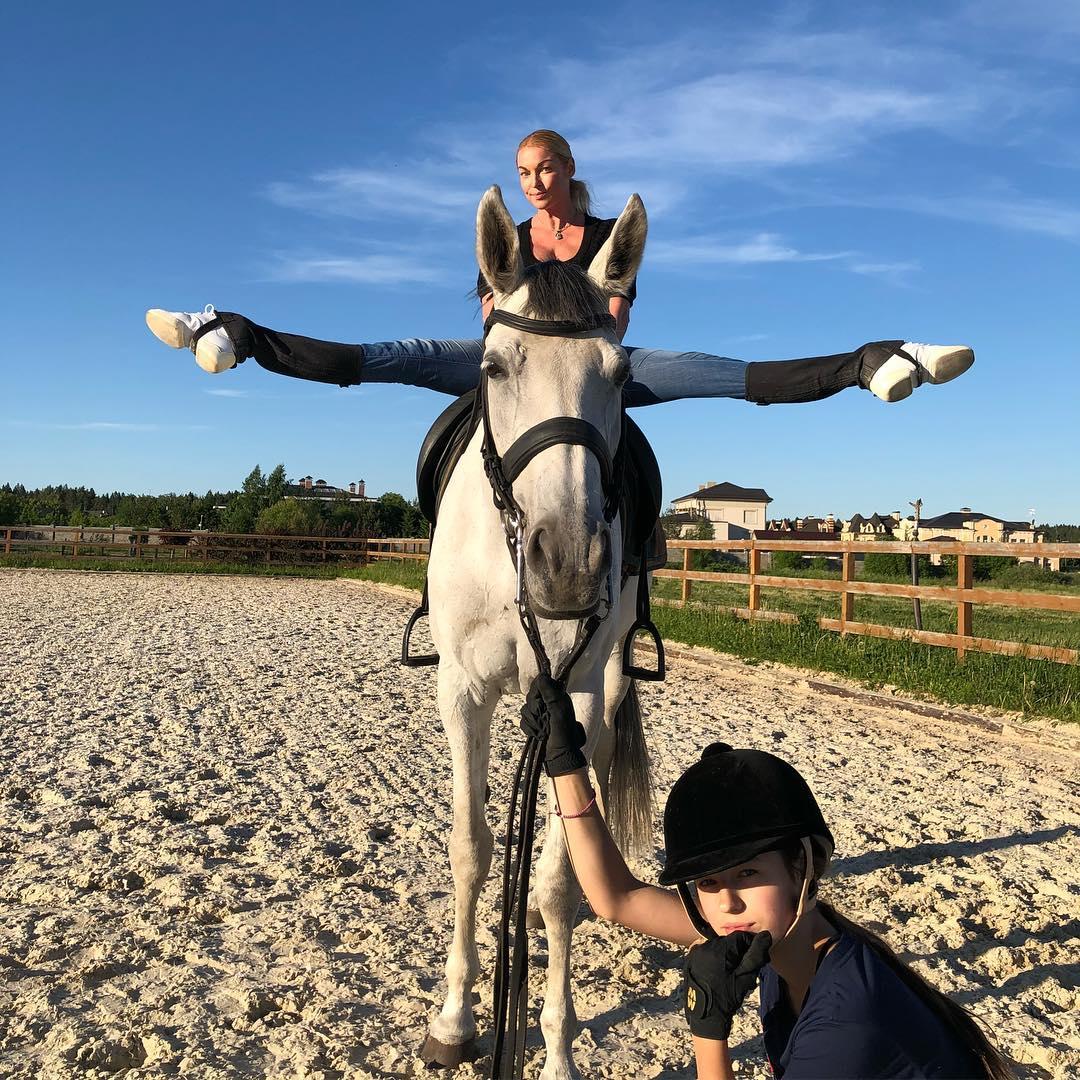 Волочкова в традиционном шпагате позировала на лошади