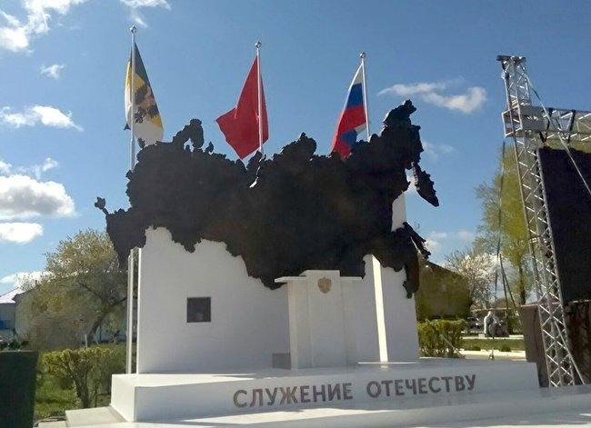С памятника Путину исчезла статуя президента