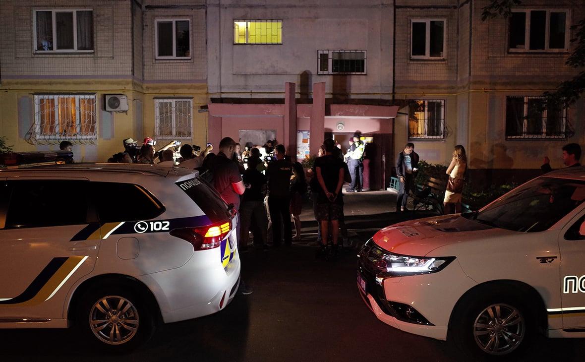Полицейские опрашивают свидетелей