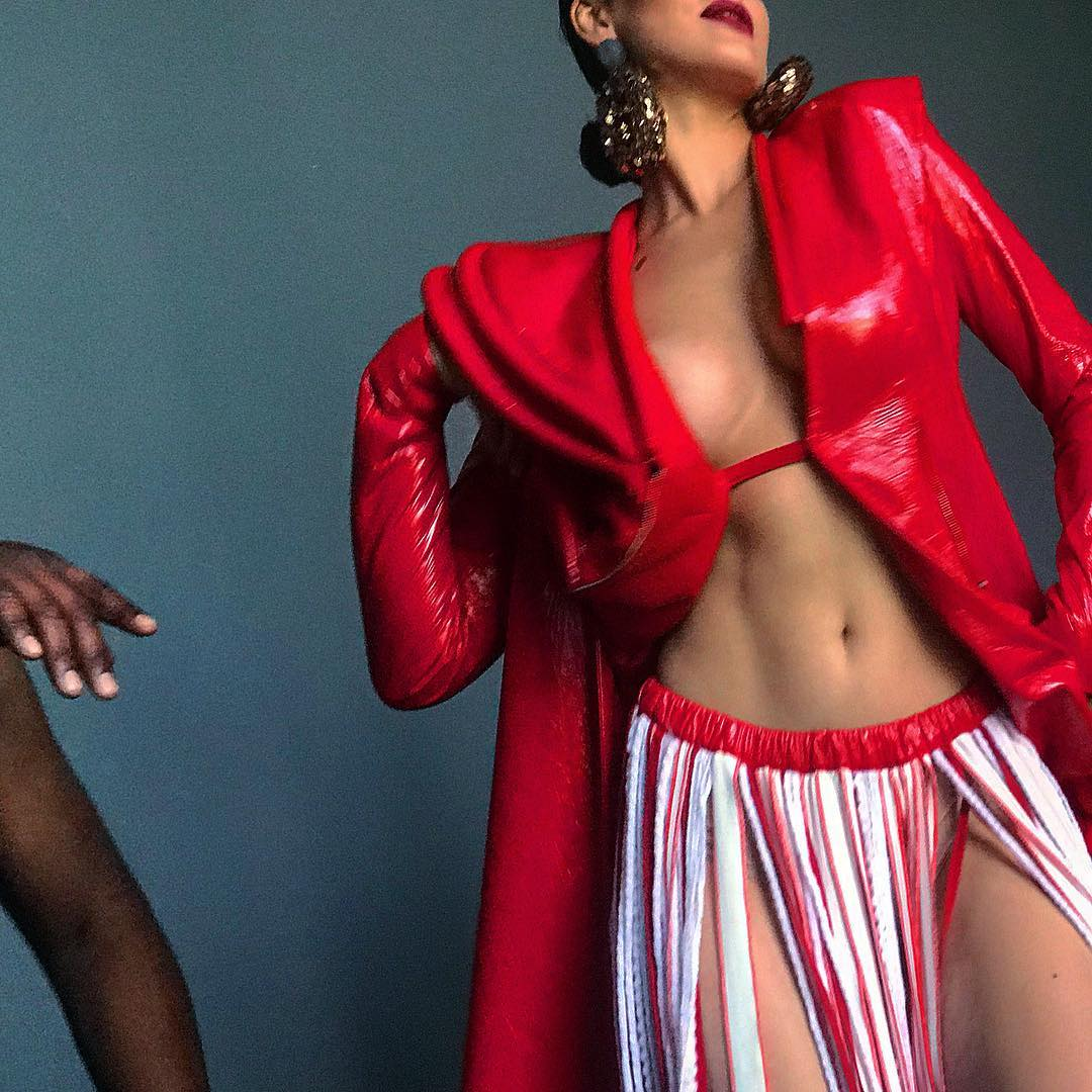 Певица позировала в пиджаке на голое тело