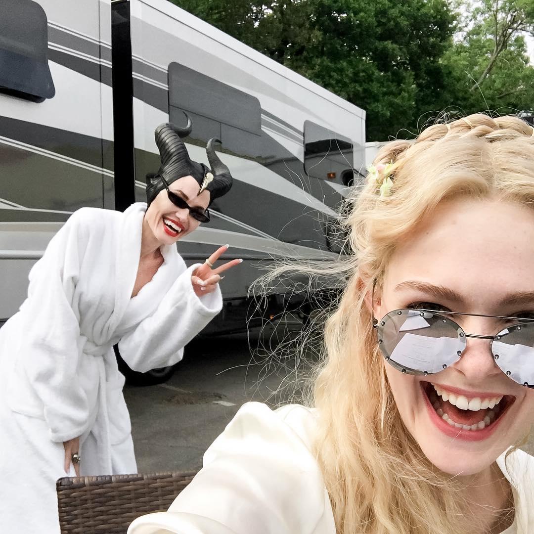 Эль Фаннинг и Анджелина Джоли подурачились во время сьемок