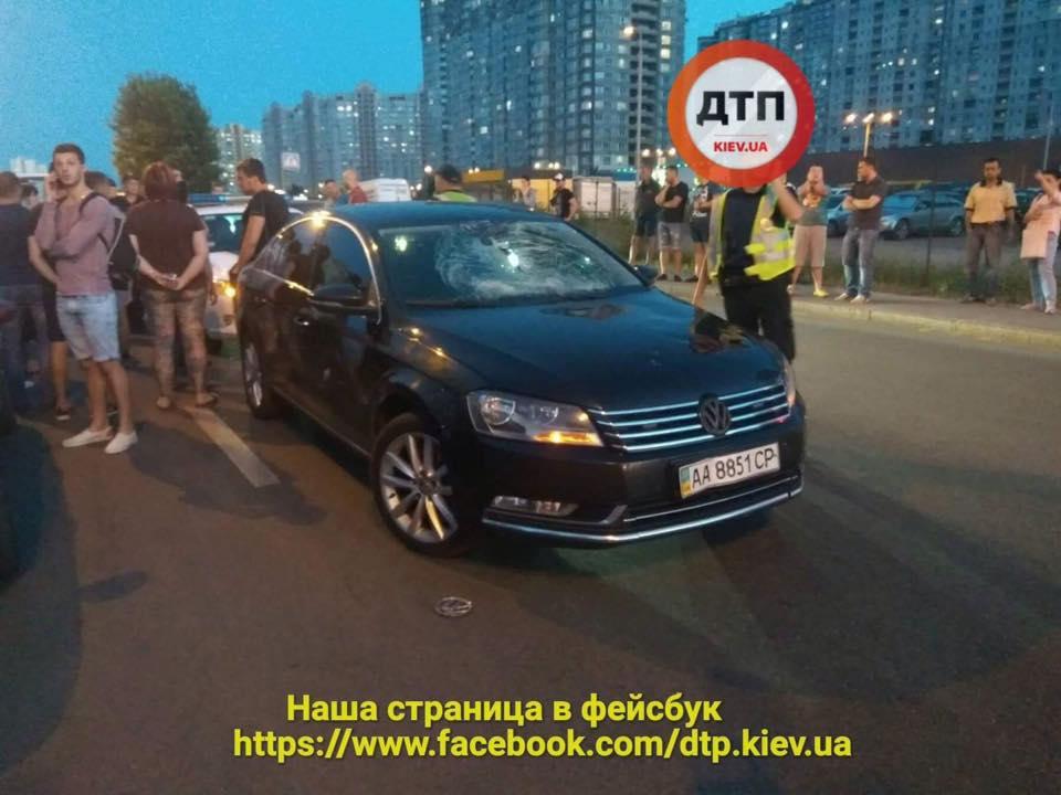 В Киеве авто сбило ребенка на велосипеде
