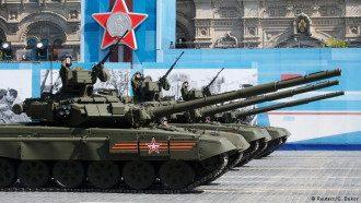 Российские танки во время парада на Красной площади