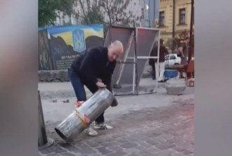 В Киеве вандалы крушат автоматические болларды
