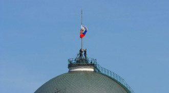 Во время церемонии инаугурации Путина солдаты не смогли поднять флаг России наверх. Фото: кадр из видео