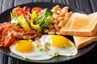 Диетолог сообщила, что зимой на завтрак идеально есть яйца и овсяную кашу из дробленого зерна