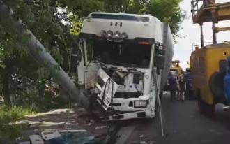 В Киеве фура влетела в столб, пострадал водитель