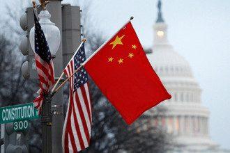 Флаги США и КНР в Вашингтоне