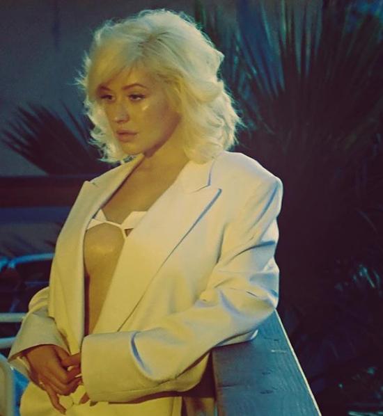 Кристина Агилера позировала в пиджаке, надетом на голое тело