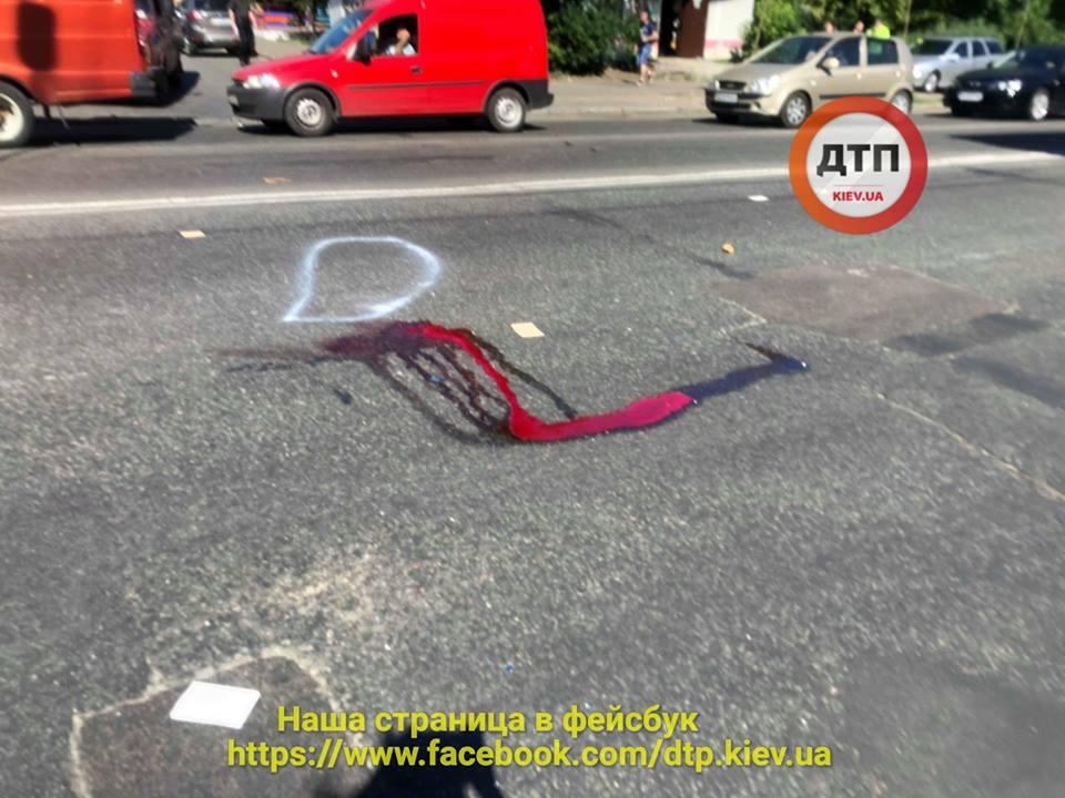 В Киеве пешеходы, которых тяжело травмировал грузовик, попали в реанимацию