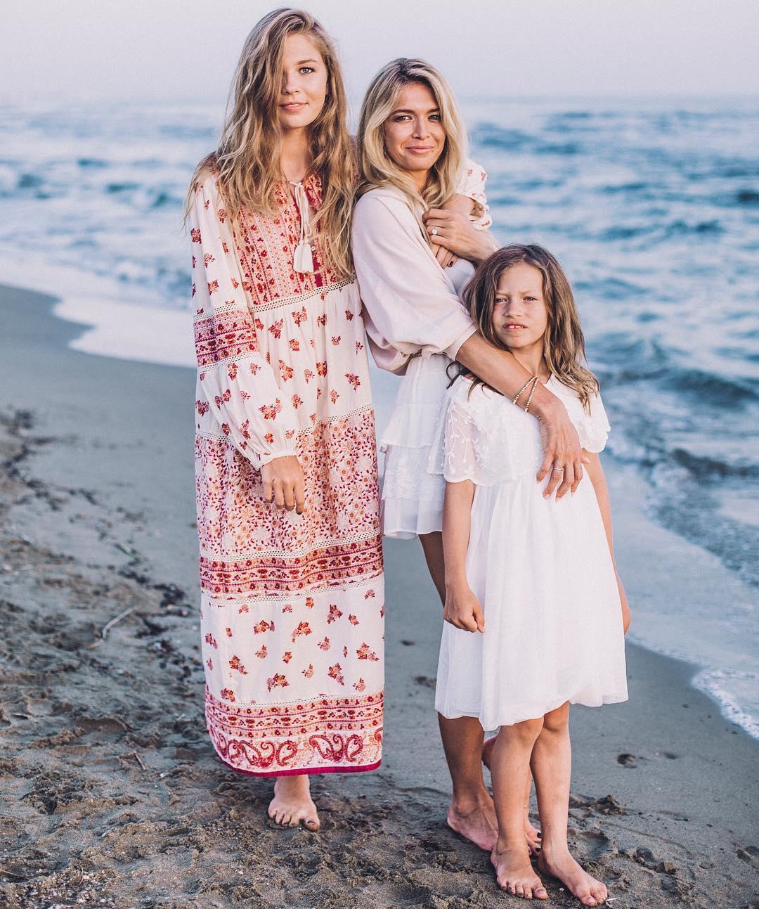 Вера Брежнева с дочерями 17-летней Соней и 8-летней Сарой