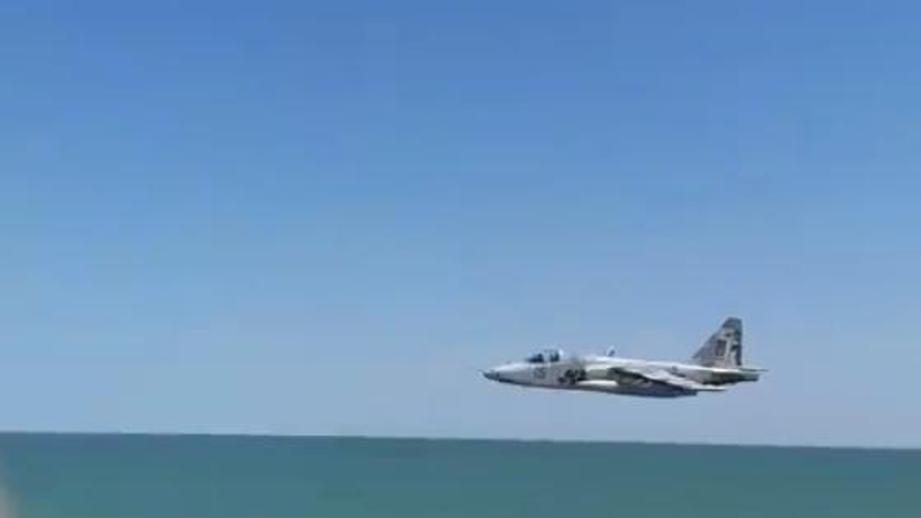 Штурмовик Су-25 во время полета над пляжем