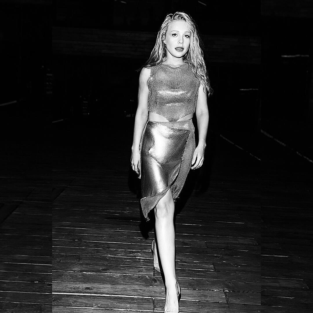 Кароль примерила необычное платье-кольчугу