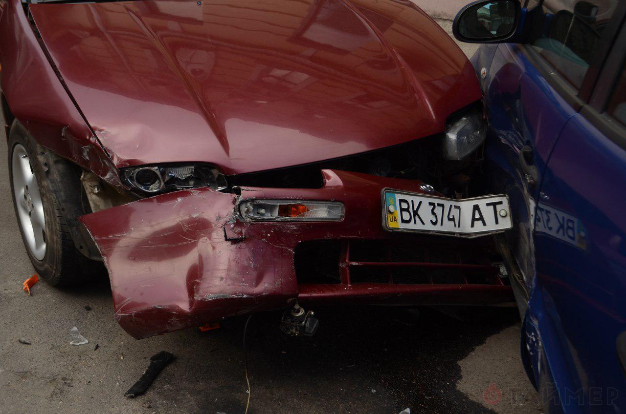 В Одессе Jaguar протаранил сразу 4 авто: видео и фото