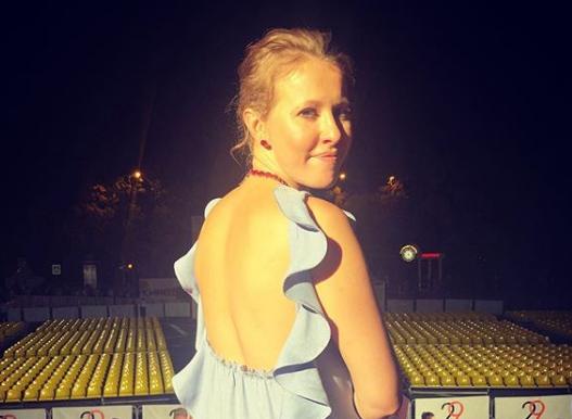 Ксения Собчак позировала в платье с открытой спиной