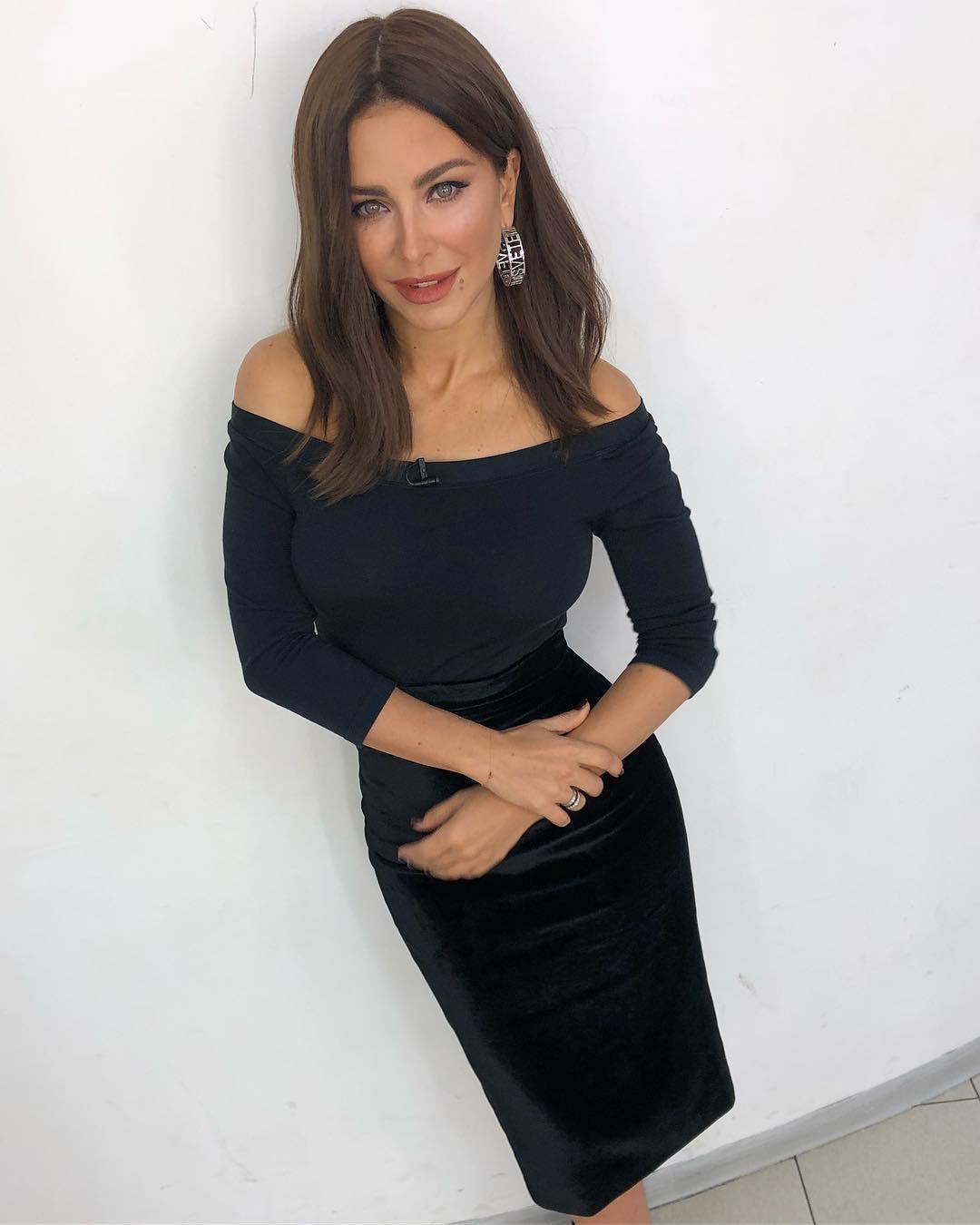 Ани Лорак позировала в блестящем длинном платье